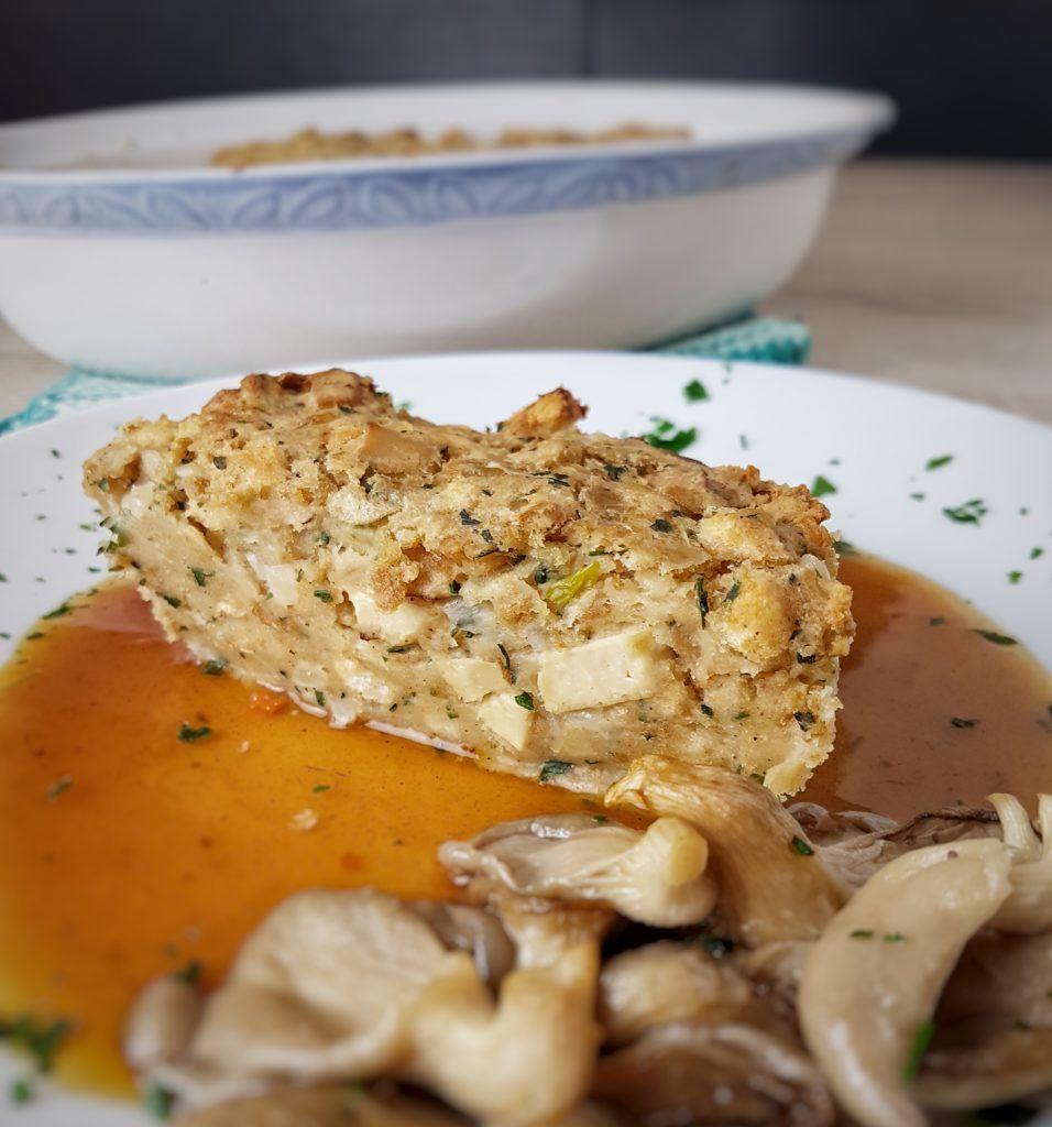veganer Semmelknödel-Auflauf und Austernpilze aus dem Ofen