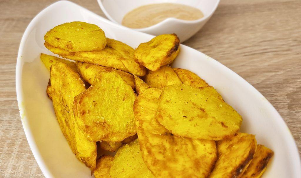 vegane Kochbananen- und Kartoffelscheiben aus dem Ofen mit rauchig scharfem Dip