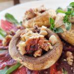 vegane Pekannuss-Pilze-auf-Rote-Bete-Carpaccio