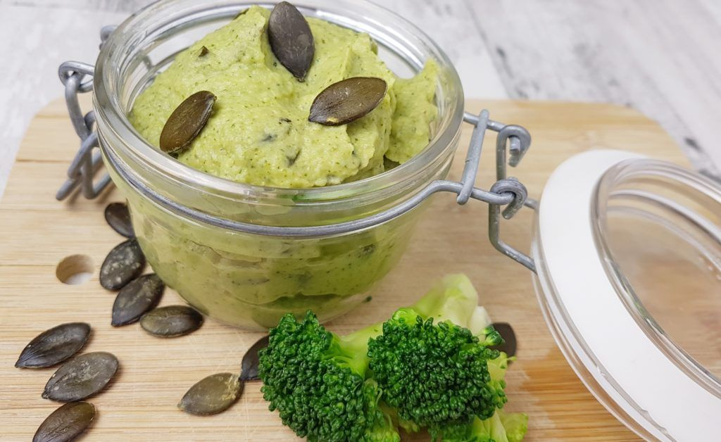 veganes Brokkoli-Pesto mit gerösteten Kürbiskernen