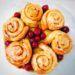 besonderer Kuchen mit schokoladigem Boden, Vanille Pudding mit Kirschen und Zimtschnecken. Drei Desserts in einem Kuchen!