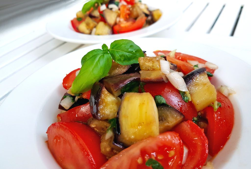 frischer Auberginensalat mit Tomaten und Basilikum