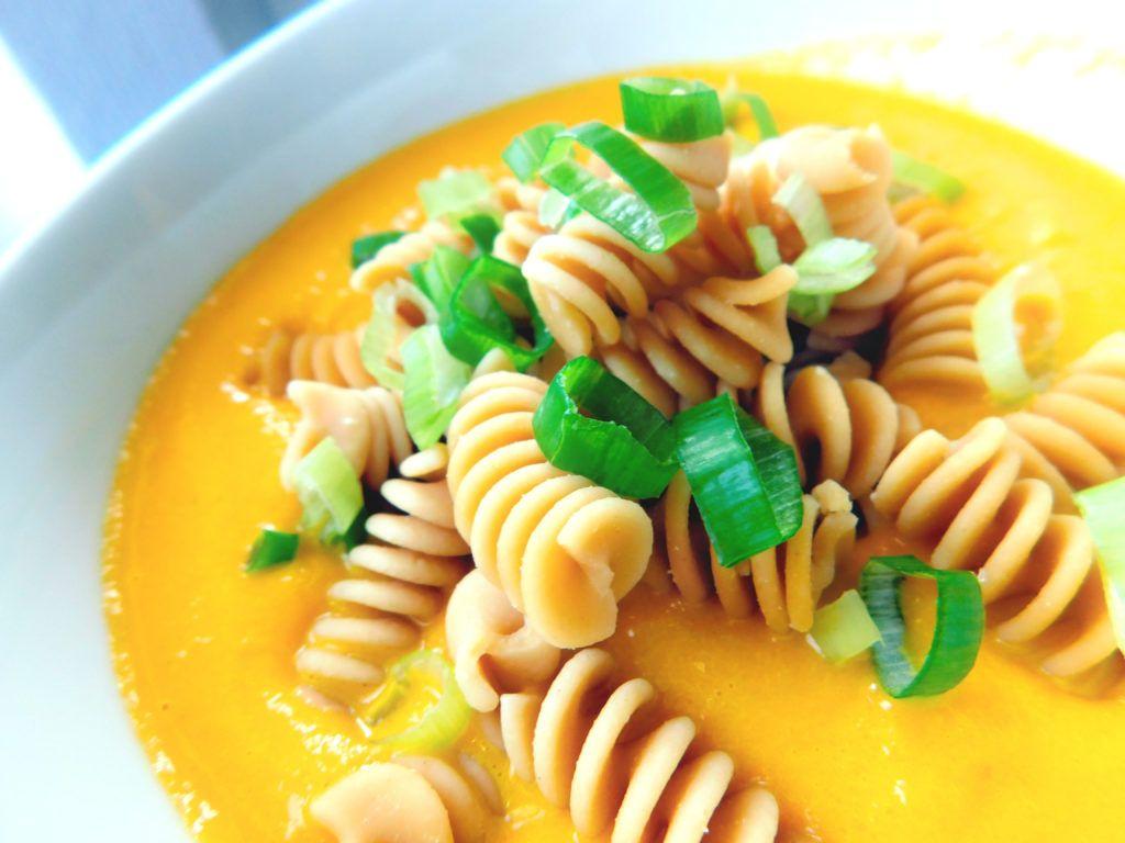 Kokos-Karotten-Suppe mit Kichererbsen Pasta, low carb,glutenfrei und vegan