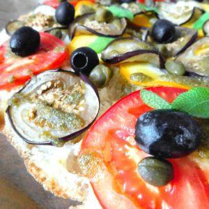 Mediterran belegte Fladenbrot Pizza mit Salbei Creme