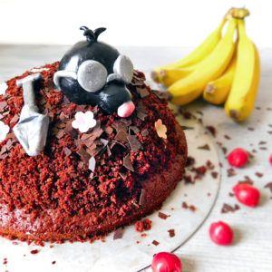 veganer Maulwurfkuchen mit Kirschen und Banane